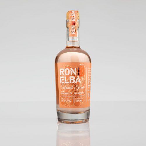 Eine Rumflasche vor grauem Hintergrund. Es handelt sich um eine Flasche Infused Spirit von Ron Elba.