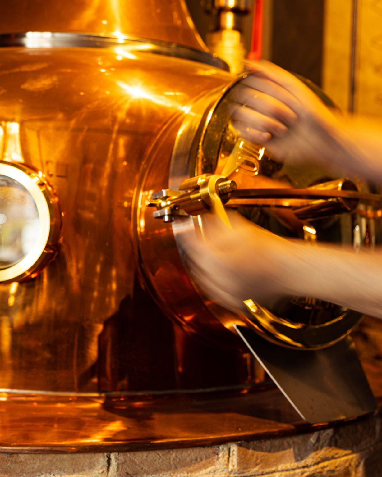 Handarbeit in der Destille